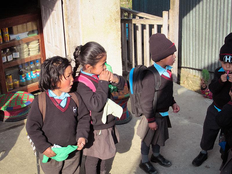 Enfants népalais sur la route du Népal