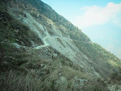 route étroite vers le Langtang